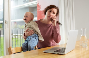 [Symbolic Image, Staged Picture, Model Released]  [Editor's note: laptop logo digitally removed] In a dining room, a woman talks on her mobile phone while she holds her whining toddler in her arm, photographed in Lucerne, Switzerland, on September 17, 2015. (KEYSTONE/Christof Schuerpf)  [Gestellte Aufnahme, Symbolbild, Model Released] [Editor's note: digitale Entfernung des Laptop-Logos] Eine Frau telefoniert im Esszimmer mit dem Mobiltelefon waehrend sie ihr quengeldes Kleinkind auf dem Arm haelt, aufgenommen am 17. September 2015 in Luzern. (KEYSTONE/Christof Schuerpf)
