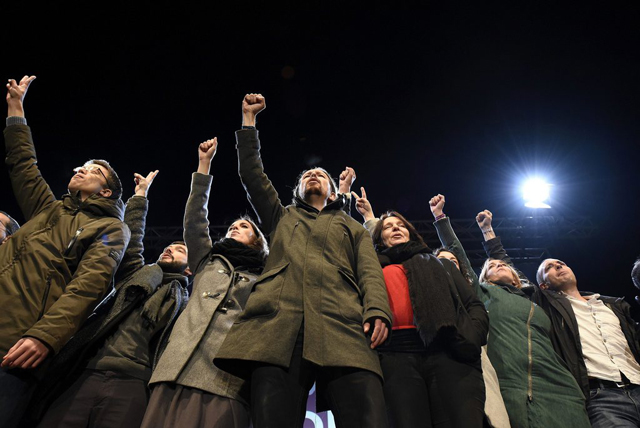 epa05077420 Podemos ('We Can') party leader Pablo Iglesias (C) makes fists with members of his team as they celebrate the elections results in Madrid, Spain, 20 December 2015. The ruling party of Spanish Prime Minister Mariano Rajoy fell short of an absolute majority in the elections that saw both major traditional parties lose ground and left it uncertain who would form the next government. Spanish voters casted their ballots in parliamentary elections that will determine the country's next coalition government, with polls indicating that no party is likely to win enough seats to govern alone. Spanish Prime Minister Mariano Rajoy's conservative People's Party is facing off against the Socialist Workers' Party, the liberal Ciudadanos party and left-wing Podemos. EPA/FERNANDO VILLAR