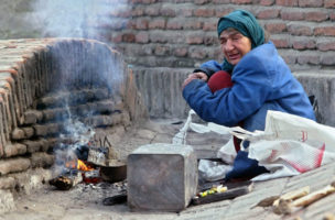 A homeless woman warms herself at the fire on the street in Tbilisi, Saturday, 3 January 2004. The presidential elections are scheduled in Georgia on January 04 and the main candidate Mikhail Saakashvili, one of the leaders of the 'velvet revolution' in Georgia, is expected to win.   (KEYSTONE/EPA/SERGEI CHIRIKOV)
