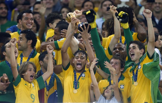 Neymar stemmt den Pokal, 30. Juni 2013. (AP Photo/Bruno Magalhaes)