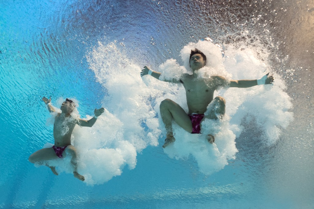 PICTURE TAKEN WITH AN UNDERWATER CAMERA - China's divers Chen Aisen and Lin Yue compete in the Men's 10m platform synchronised preliminaries diving event at the 2015 FINA World Championships in Kazan on July 26, 2015.   AFP PHOTO / FRANCOIS XAVIER MARIT