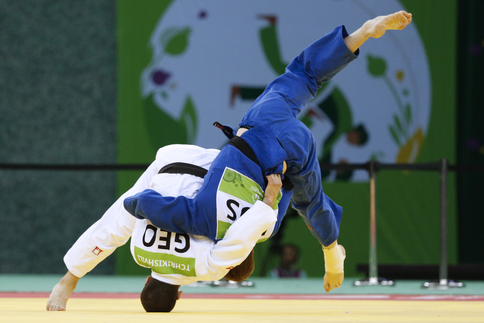 Georgia's Avtandili Tchrishvili (L) competes with Russia's Ivan Nifontov during the men's -81kg gold medal match at the 2015 European Games in Baku on June 26, 2015.  AFP PHOTO / JACK GUEZ