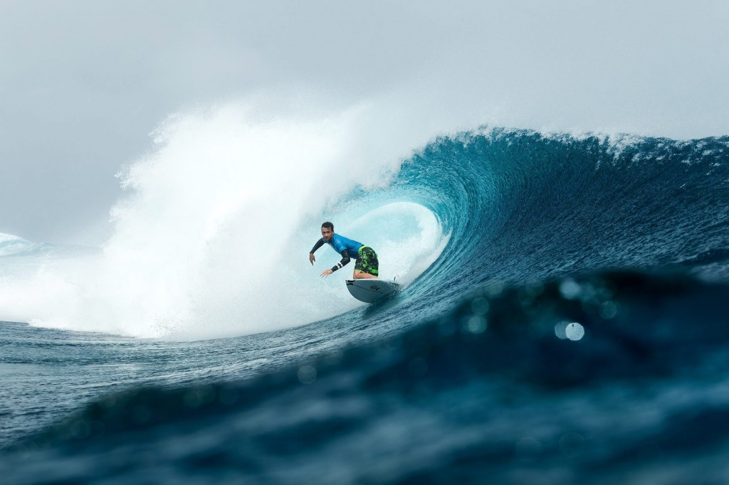epa04886879 A handout picture made available by the World Surf League (WSL) shows Brett Simpson of the USA competing during Round Two of the Billabong Pro Tahiti in Teahupoo, Tahiti, French Polynesia, 16 August 2015. Simpson won his Round Two heat and advanced into Round Three. The Billabong Pro Tahiti runs from 14 August to 25 August 2015.  EPA/WSL/KELLY CESTARI  HANDOUT EDITORIAL USE ONLY/NO SALES