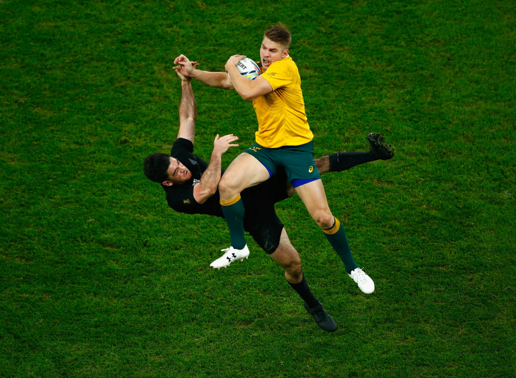 LONDON, ENGLAND - OCTOBER 31: Drew Mitchell of Australia claims the high ball under pressure from Nehe Milner-Skudder of the New Zealand All Blacks during the 2015 Rugby World Cup Final match between New Zealand and Australia at Twickenham Stadium on October 31, 2015 in London, United Kingdom. (Photo by Laurence Griffiths/Getty Images)