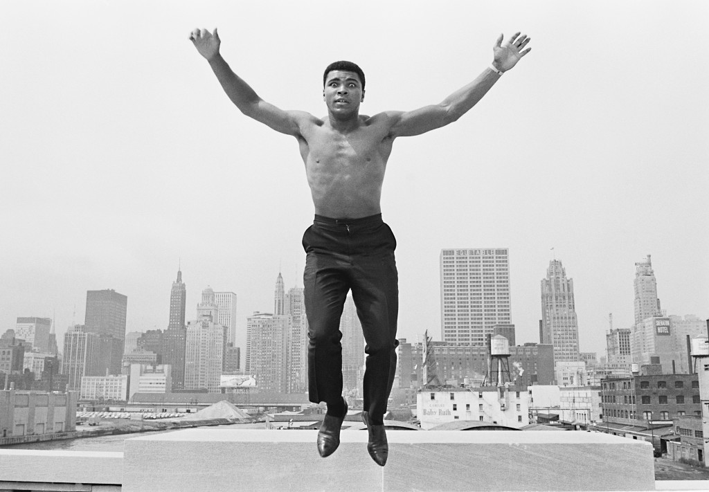 USA. MUHAMMAD ALI, (formerly Cassius Clay), boxing world heavy weight champion in Chicago, jumping from a bridge over the Chicago River 1966.