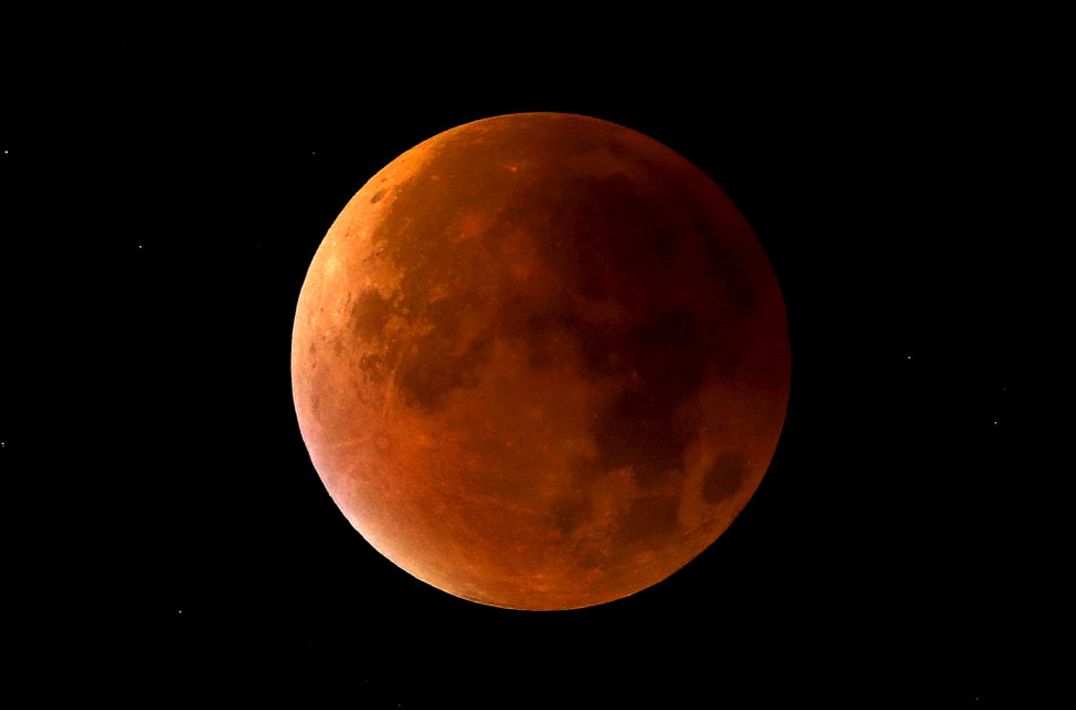 """A lunar eclipse coincides with a so-called """"supermoon"""" in Newcastle-under-Lyme, Staffordshire, England September 28, 2015. Sky-watchers around the world are in for a treat Sunday night and Monday when the shadow of Earth casts a reddish glow on the moon, the result of rare combination of an eclipse with the closest full moon of the year. REUTERS/Carl Recine - RTX1SSWN"""