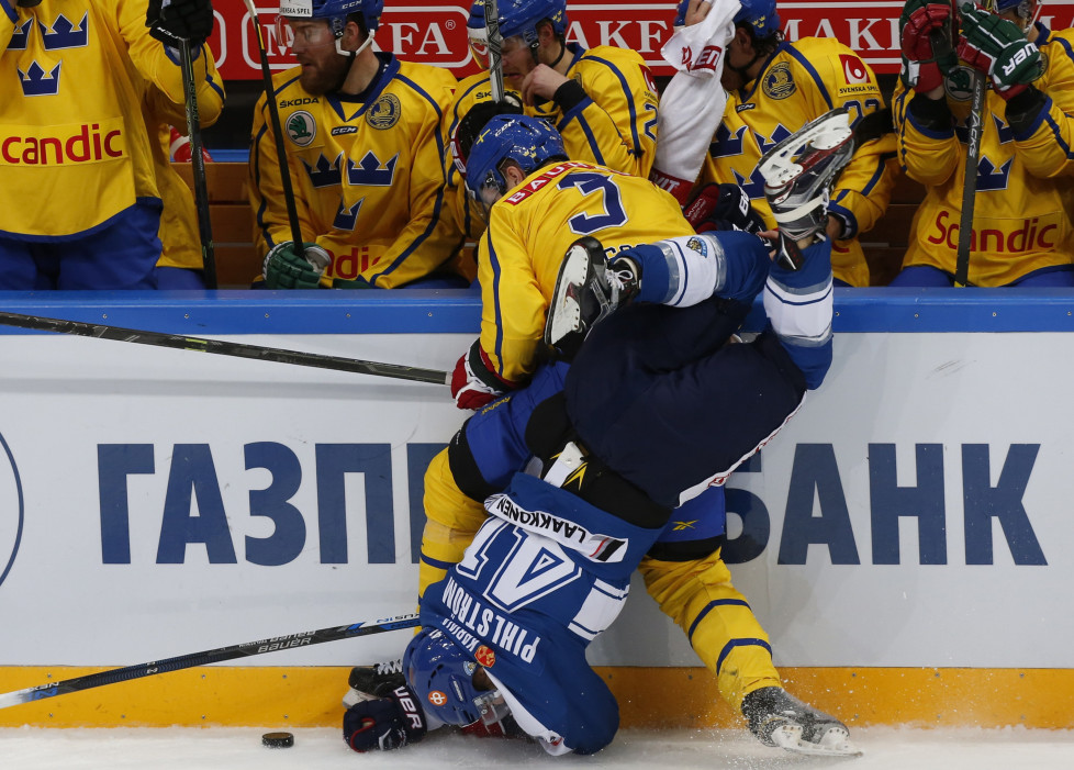 Sweden's Tom Nilsson (back) collides with Finland's Antti Pihlstrom during their Channel One Cup ice hockey game in Moscow, Russia, December 20, 2015. REUTERS/Maxim Shemetov - RTX1ZHMG
