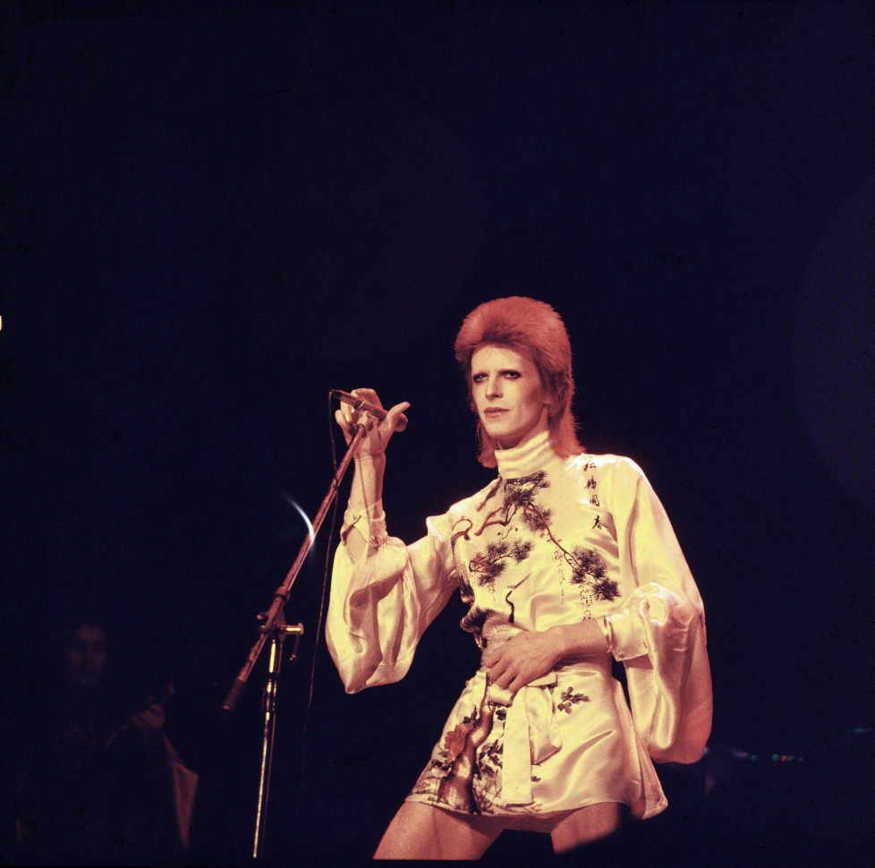 David Bowie performs on stage on his Ziggy Stardust/Aladdin Sane tour in London, 1973. (Photo by Michael Putland/Getty Images)