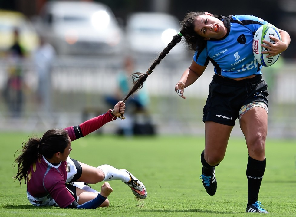 RIO DE JANEIRO, BRAZIL - MARCH 05: Maryoly Gamez of Venezuela of Brazil battles for the ball against Victoria Rios of Uruguay during the International Womens Rugby Sevens - Aquece Rio Test Event for the Rio 2016 Olympics at Deodoro Olympic Park on March 6, 2016 in Rio de Janeiro, Brazil. (Photo by Buda Mendes/Getty Images) *** BESTPIX ***