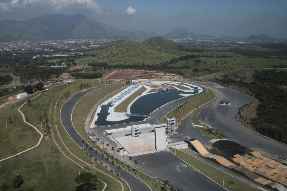 ZUM COUNTDOWN VON 100 TAGEN BIS ZUR EROEFFNUNGSZEREMONIE DER OLYMPISCHEN SOMMERSPIELE RIO 2016 AM MITTWOCH, 27. APRIL 2016, STELLEN WIR IHNEN FOLGENDES BILDMATERIAL ZUR VERFUEGUNG - This view of Deodoro Olympic Park shows the canoe slalom circuit, center, and BMX circuit, right, during a flight on an army helicopter in Rio de Janeiro, Brazil, Wednesday, April 6, 2016. Brazilian Army aviation battalions, special forces, paratroopers and soldiers from various parts of Brazil are in Rio training for the Olympic games. (KEYSTONE/AP Photo/Felipe Dana)