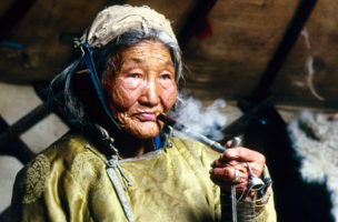 "(GERMANY OUT) MNG, Mongolia, one of the last old shaman in the province of Khoevsgoel smoking her traditional pipe.   (Photo by H. Christoph/ullstein bild via Getty Images)   Zoom Blog Reisen Charlotte Peter  Bezug nehmend auf ihr neustes Buch ""die alten Götter kehren zurück""."